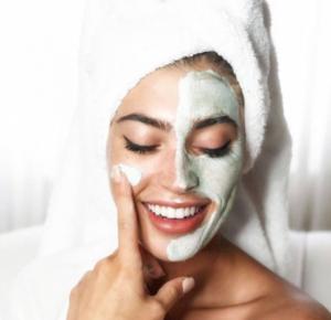 Поставяне на маската върху лицето за лечение на всички проблеми на кожата